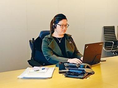 肌肉萎縮症女生走出家人責備的陰霾 獲證券行聘用:只要堅持  驚喜總會出現 — TOPICK
